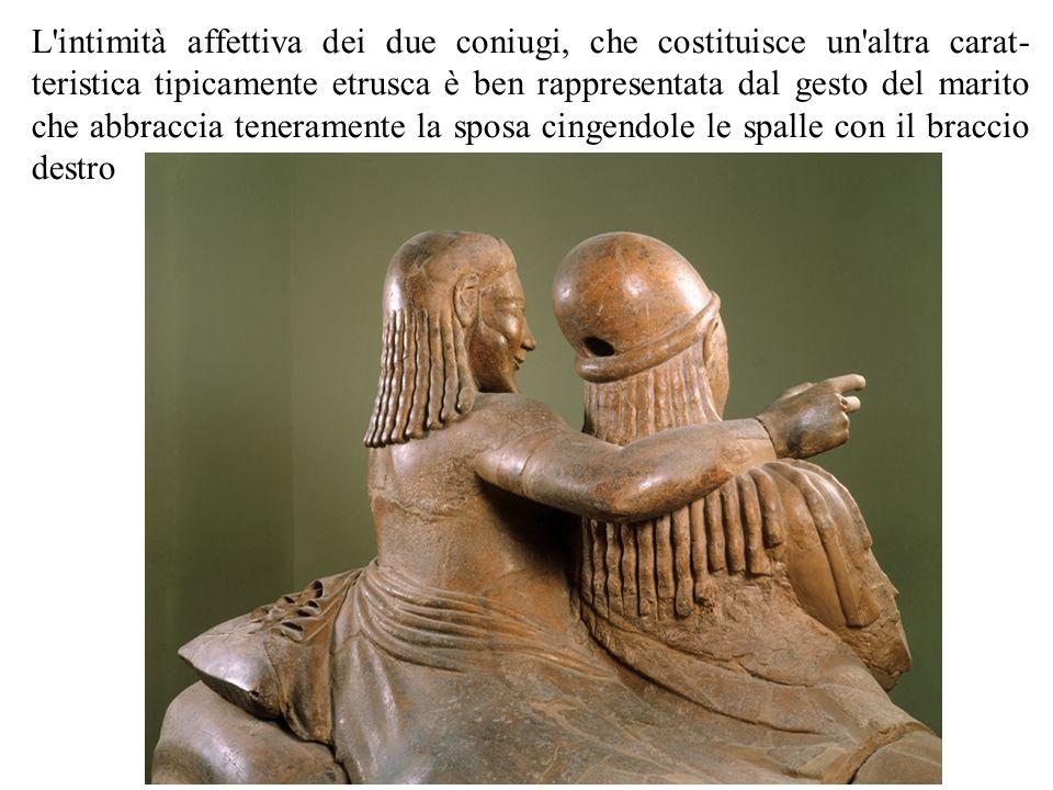 L intimità affettiva dei due coniugi, che costituisce un altra caratteristica tipicamente etrusca è ben rappresentata dal gesto del marito che abbraccia teneramente la sposa cingendole le spalle con il braccio destro