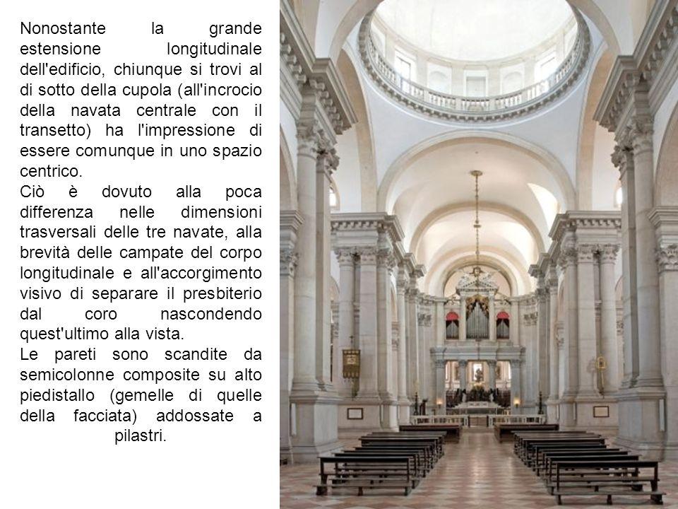 Nonostante la grande estensione longitudinale dell edificio, chiunque si trovi al di sotto della cupola (all incrocio della navata centrale con il transetto) ha l impressione di essere comunque in uno spazio centrico.