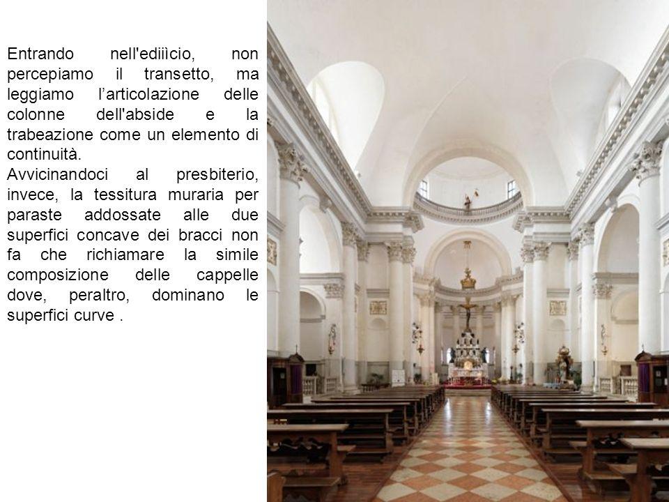 Entrando nell ediiìcio, non percepiamo il transetto, ma leggiamo l'articolazione delle colonne dell abside e la trabeazione come un elemento di continuità.