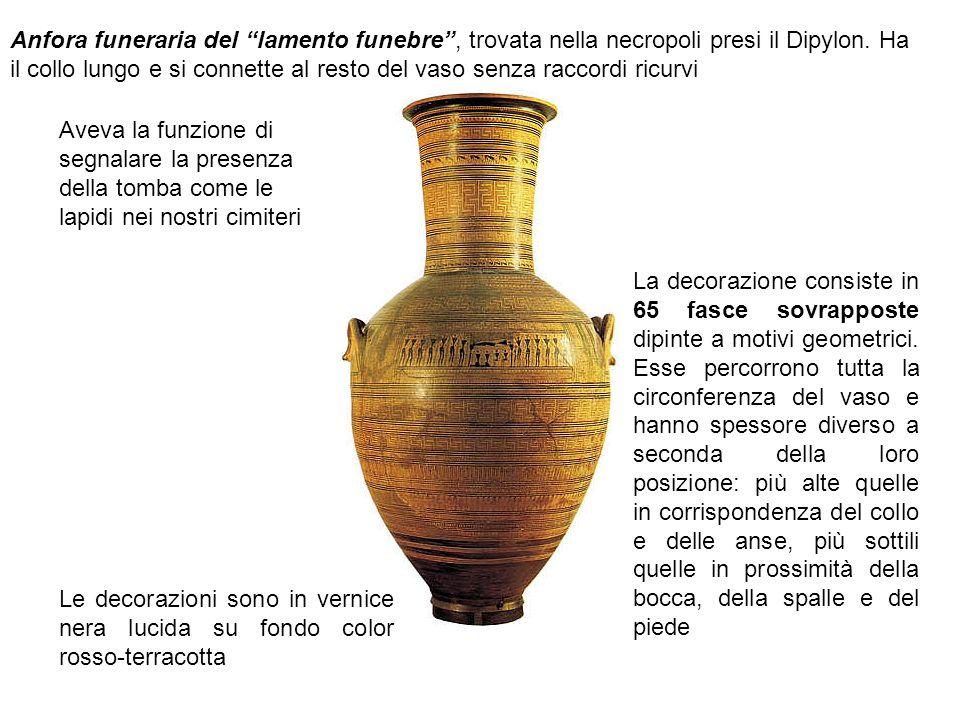Anfora funeraria del lamento funebre , trovata nella necropoli presi il Dipylon. Ha il collo lungo e si connette al resto del vaso senza raccordi ricurvi
