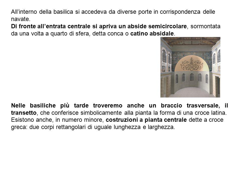 All'interno della basilica si accedeva da diverse porte in corrispondenza delle navate.