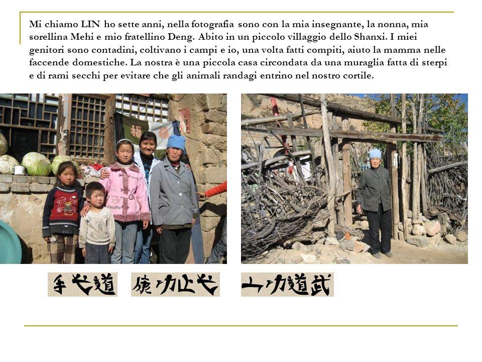 Mi chiamo LIN ho sette anni, nella fotografia sono con la mia insegnante, la nonna, mia sorellina Mehi e mio fratellino Deng.