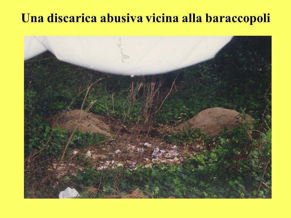Una discarica abusiva vicina alla baraccopoli