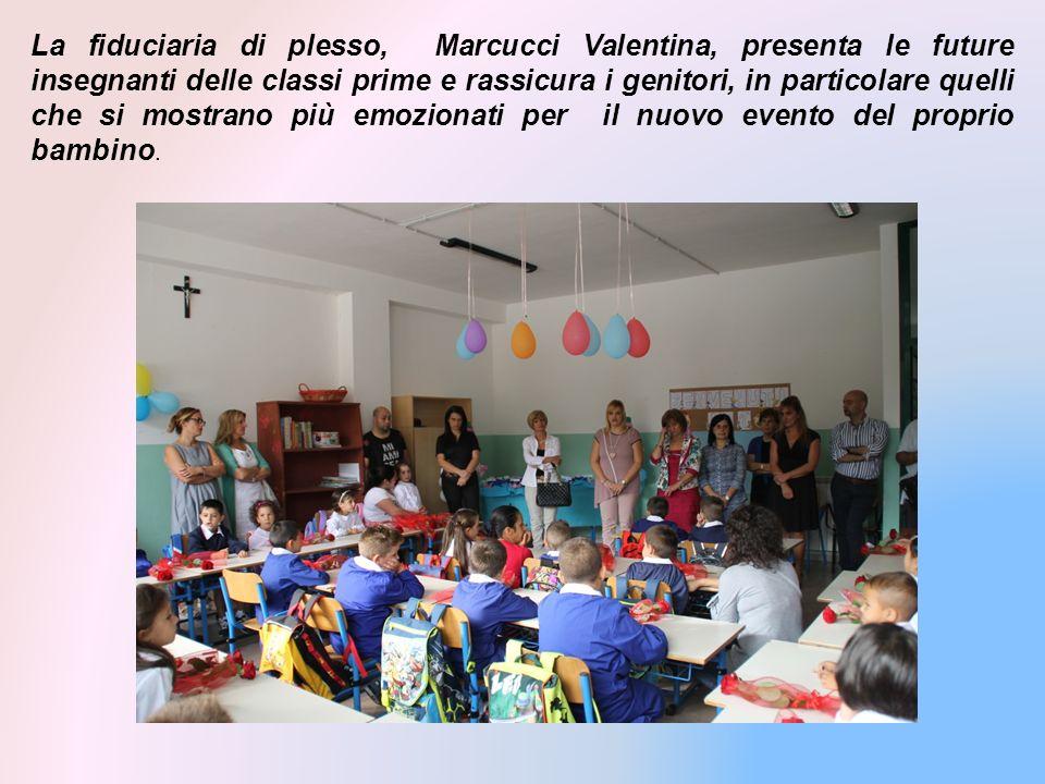 La fiduciaria di plesso, Marcucci Valentina, presenta le future insegnanti delle classi prime e rassicura i genitori, in particolare quelli che si mostrano più emozionati per il nuovo evento del proprio bambino.