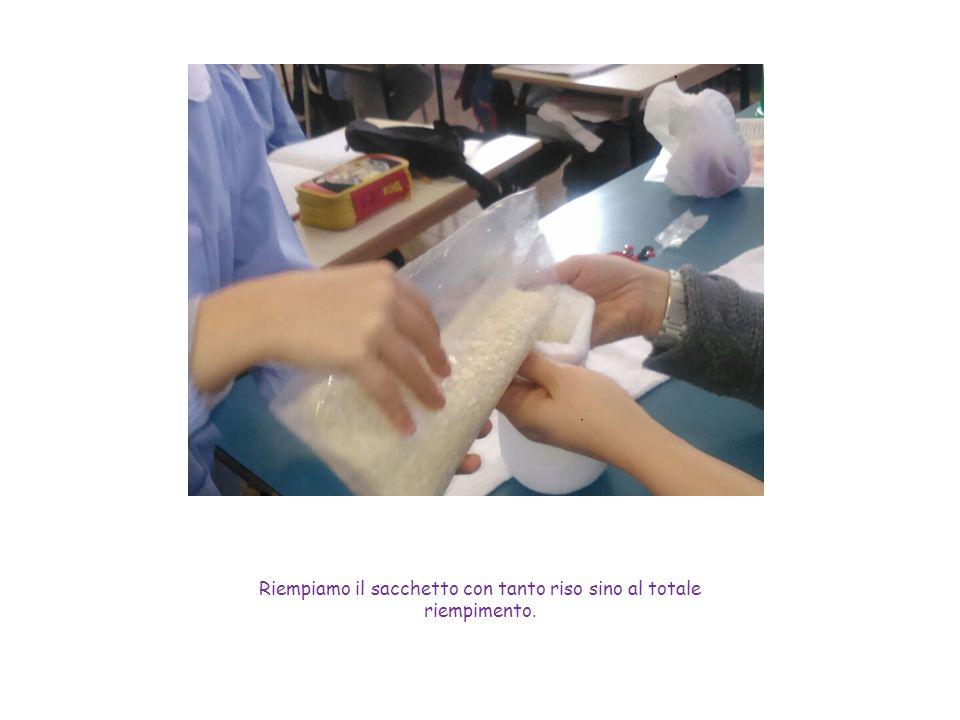 Riempiamo il sacchetto con tanto riso sino al totale riempimento.
