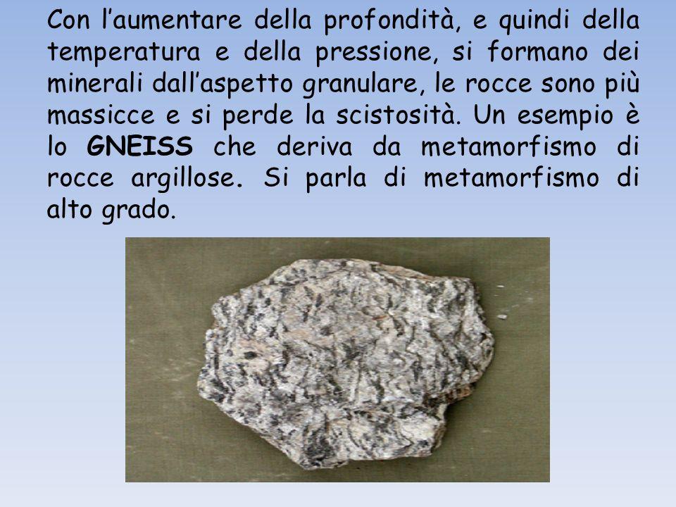 Con l'aumentare della profondità, e quindi della temperatura e della pressione, si formano dei minerali dall'aspetto granulare, le rocce sono più massicce e si perde la scistosità.