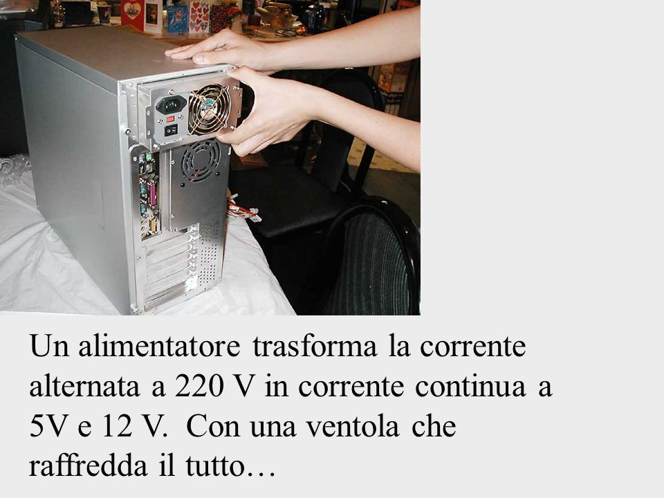 Un alimentatore trasforma la corrente alternata a 220 V in corrente continua a 5V e 12 V.