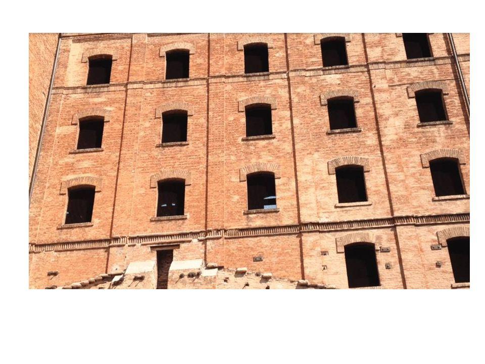 In un edificio a quattro piani venivano rinchiusi in camerate, gli ebrei e i prigionieri civili e militari, anche donne e bambini, destinati alla deportazione in Germania nei campi di Dachau, Auschwitz, Mauthausen, verso un tragico destino che solo pochi hanno potuto evitare.