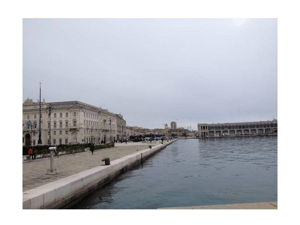 Nel lato sinistro c'e il Palazzo del Lloyd Triestino su progetto dell architetto Heinrich von Ferstel in stile rinascimentale, quale simbolo della signoria triestina sul mare.