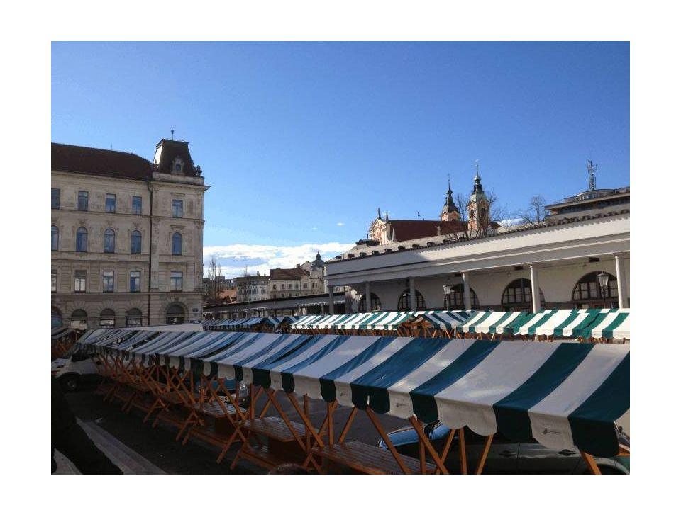 L elegante lungofiume a destra coperto da un lungo colonnato sorretto da colonne in stile neo-dorico è stato realizzato da Plecnik, il più famoso architetto sloveno.