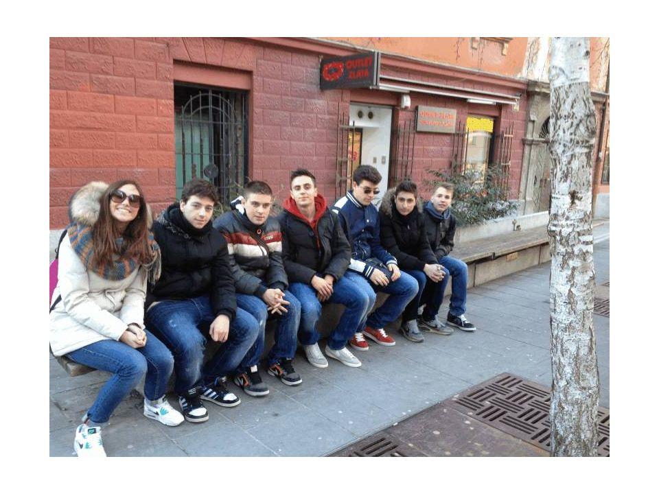 Studenti seduti sul muretto