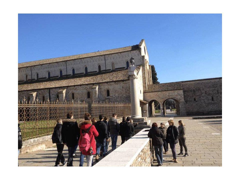 Il gruppo di studenti si dirige verso la basilica di Aquileia
