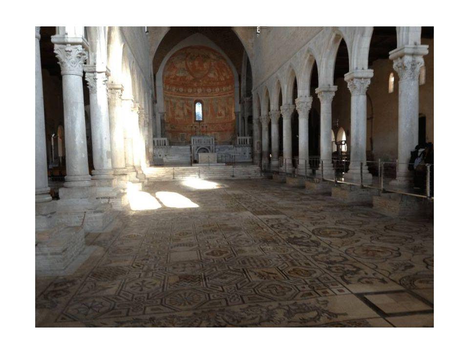 Interno della basilica con un meraviglioso pavimento paleocristiano del IV secolo