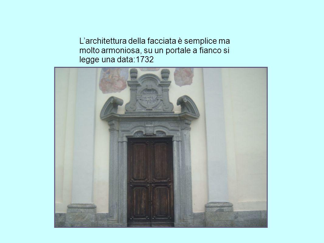 L'architettura della facciata è semplice ma molto armoniosa, su un portale a fianco si legge una data:1732