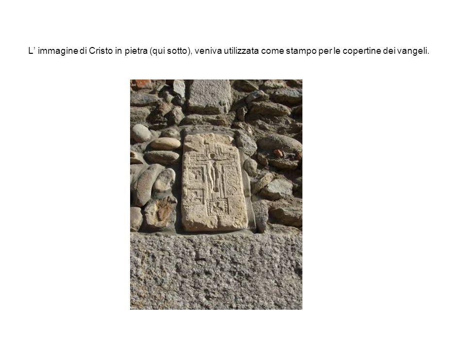 L' immagine di Cristo in pietra (qui sotto), veniva utilizzata come stampo per le copertine dei vangeli.