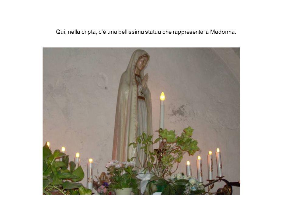 Qui, nella cripta, c'è una bellissima statua che rappresenta la Madonna.