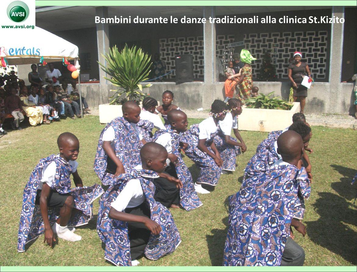Bambini durante le danze tradizionali alla clinica St.Kizito