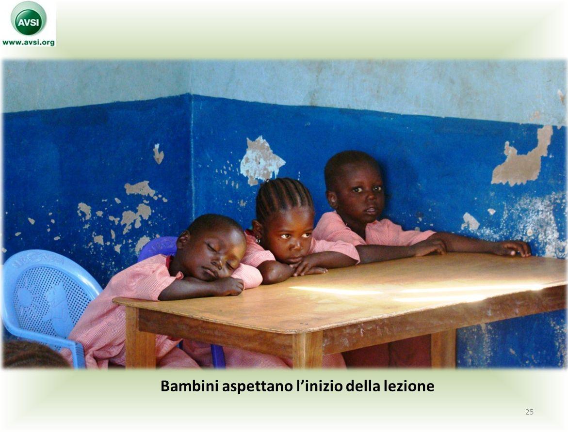 Bambini aspettano l'inizio della lezione