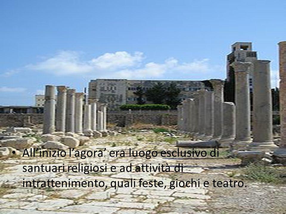 All'inizio l'agora' era luogo esclusivo di santuari religiosi e ad attività di intrattenimento, quali feste, giochi e teatro.