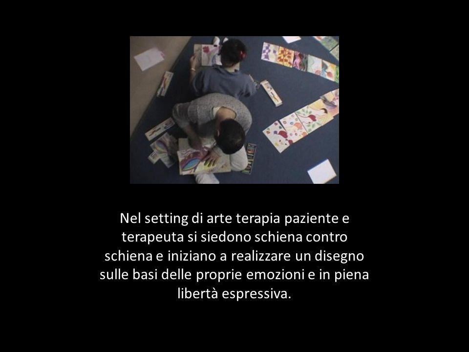 Nel setting di arte terapia paziente e terapeuta si siedono schiena contro schiena e iniziano a realizzare un disegno sulle basi delle proprie emozioni e in piena libertà espressiva.