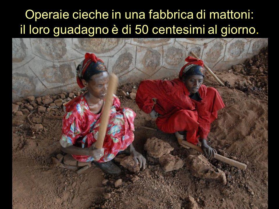 Operaie cieche in una fabbrica di mattoni: il loro guadagno è di 50 centesimi al giorno.