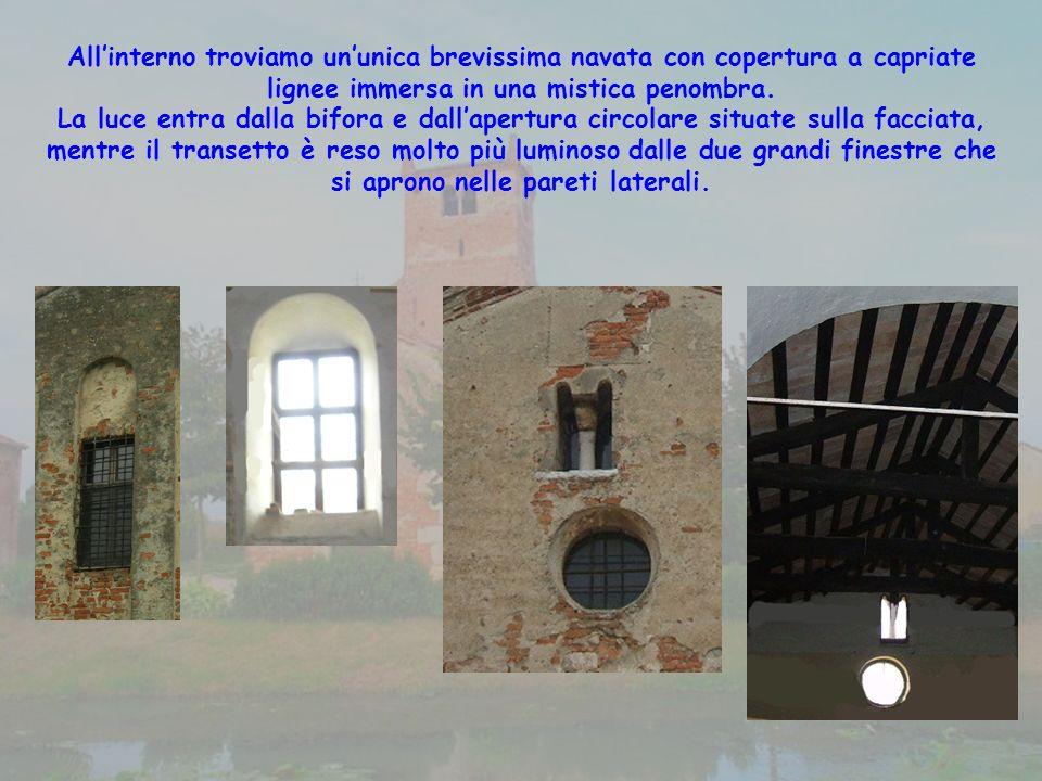 All'interno troviamo un'unica brevissima navata con copertura a capriate lignee immersa in una mistica penombra.