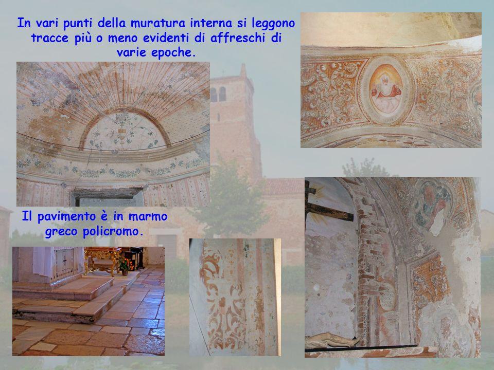 Il pavimento è in marmo greco policromo.