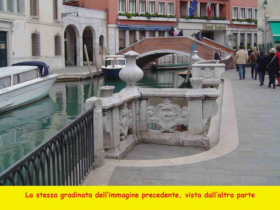 La stessa gradinata dell'immagine precedente, vista dall'altra parte