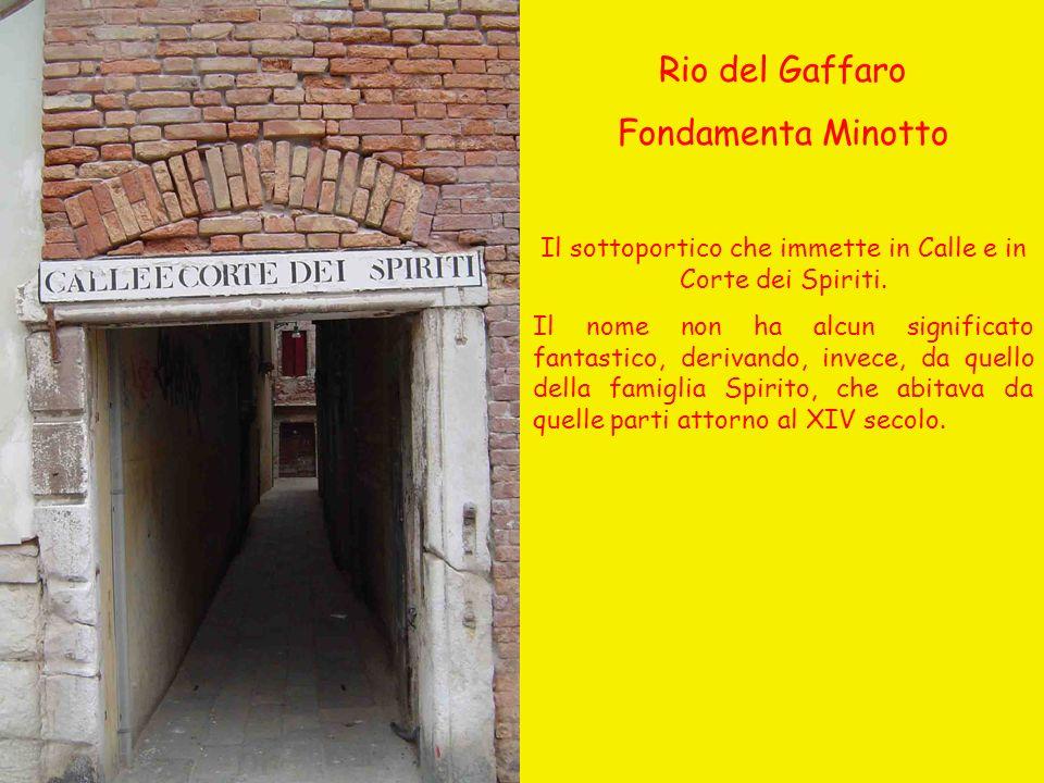 Il sottoportico che immette in Calle e in Corte dei Spiriti.