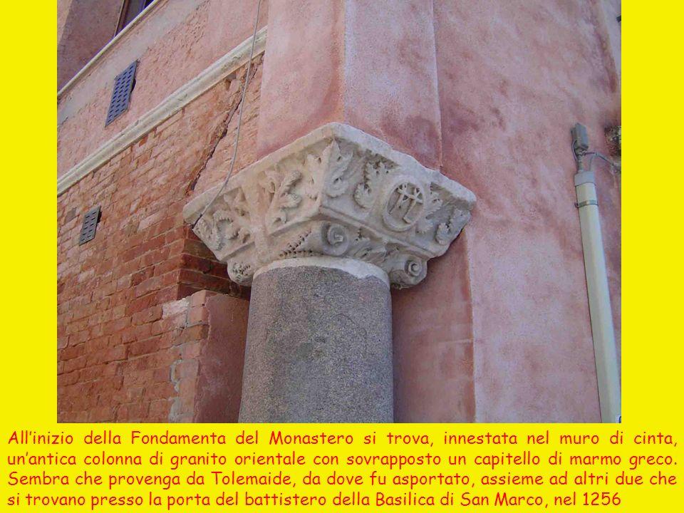 All'inizio della Fondamenta del Monastero si trova, innestata nel muro di cinta, un'antica colonna di granito orientale con sovrapposto un capitello di marmo greco.
