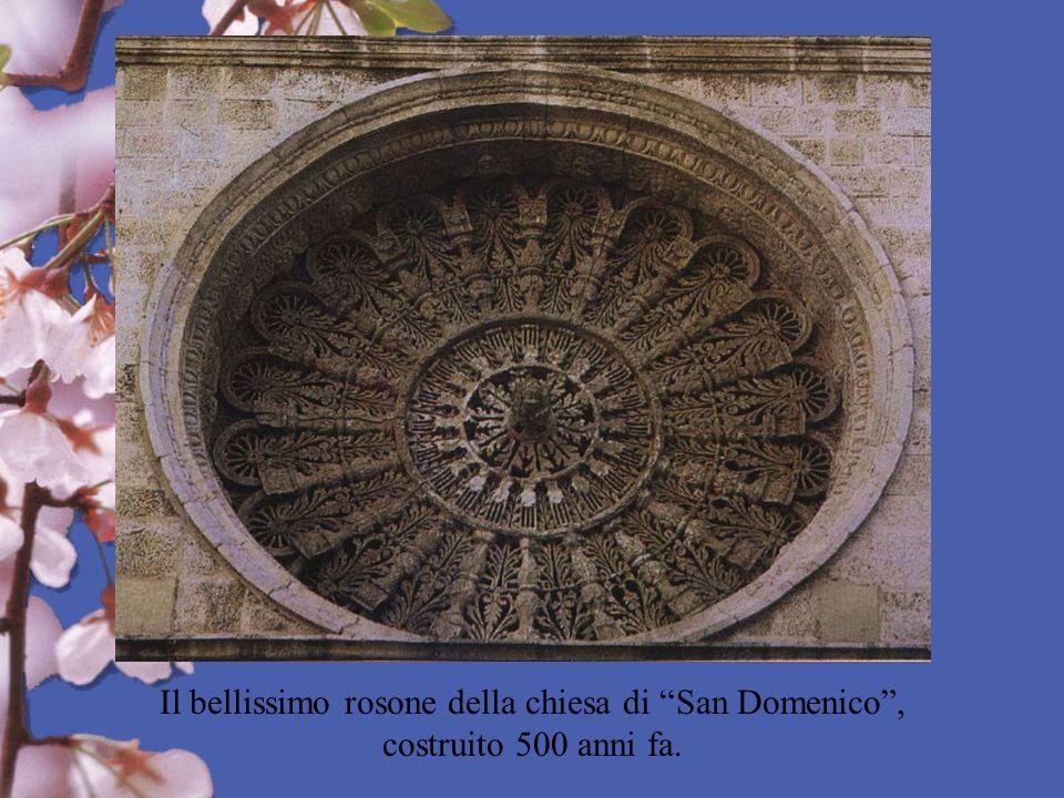 Il bellissimo rosone della chiesa di San Domenico , costruito 500 anni fa.