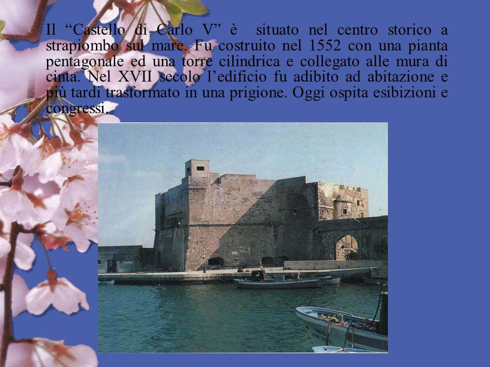 Il Castello di Carlo V è situato nel centro storico a strapiombo sul mare.