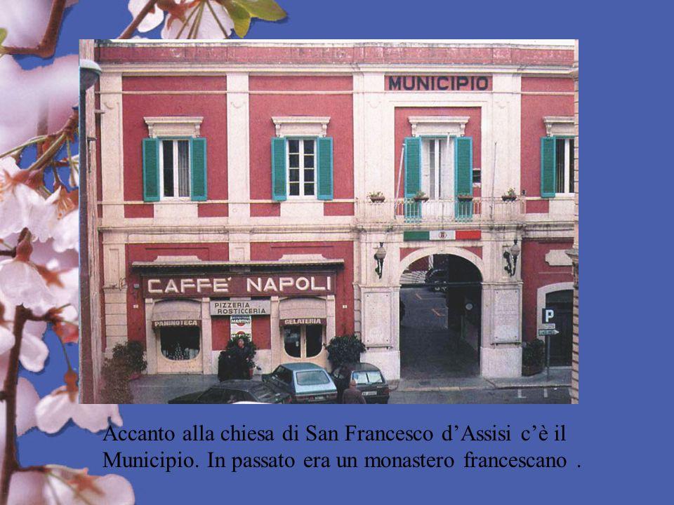 Accanto alla chiesa di San Francesco d'Assisi c'è il Municipio