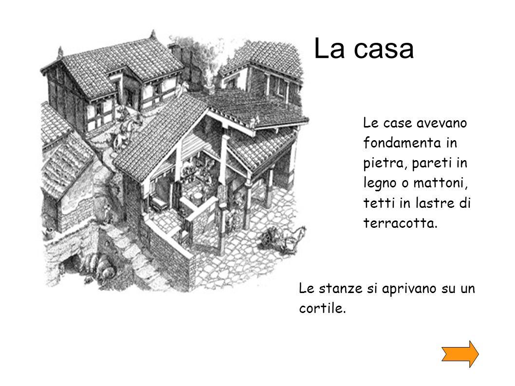 La casa Le case avevano fondamenta in pietra, pareti in legno o mattoni, tetti in lastre di terracotta.