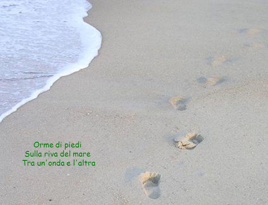 Orme di piedi Sulla riva del mare Tra un onda e l altra