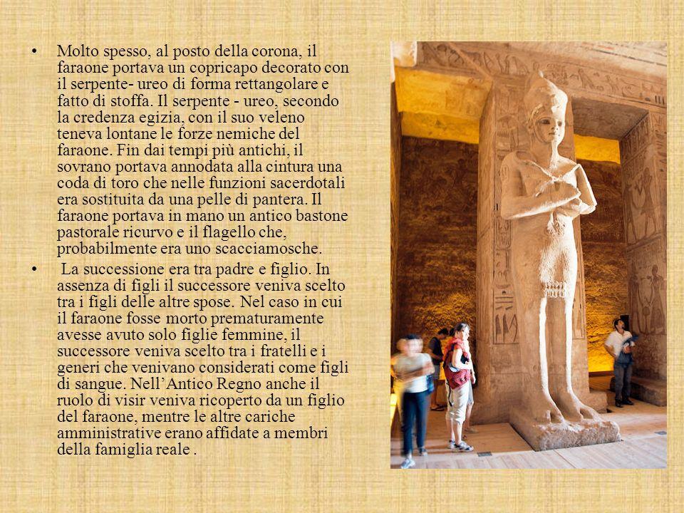 Molto spesso, al posto della corona, il faraone portava un copricapo decorato con il serpente- ureo di forma rettangolare e fatto di stoffa. Il serpente - ureo, secondo la credenza egizia, con il suo veleno teneva lontane le forze nemiche del faraone. Fin dai tempi più antichi, il sovrano portava annodata alla cintura una coda di toro che nelle funzioni sacerdotali era sostituita da una pelle di pantera. Il faraone portava in mano un antico bastone pastorale ricurvo e il flagello che, probabilmente era uno scacciamosche.