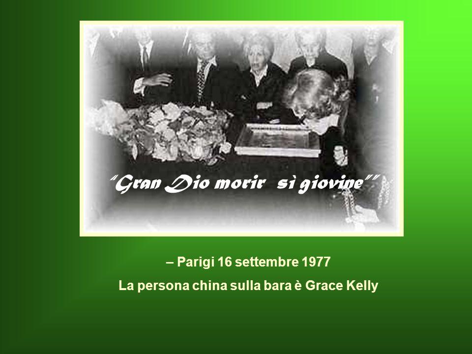 Gran Dio morir sì giovine La persona china sulla bara è Grace Kelly