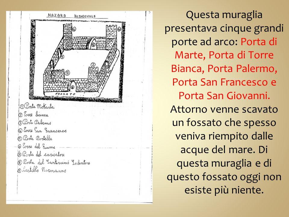 Questa muraglia presentava cinque grandi porte ad arco: Porta di Marte, Porta di Torre Bianca, Porta Palermo, Porta San Francesco e Porta San Giovanni.