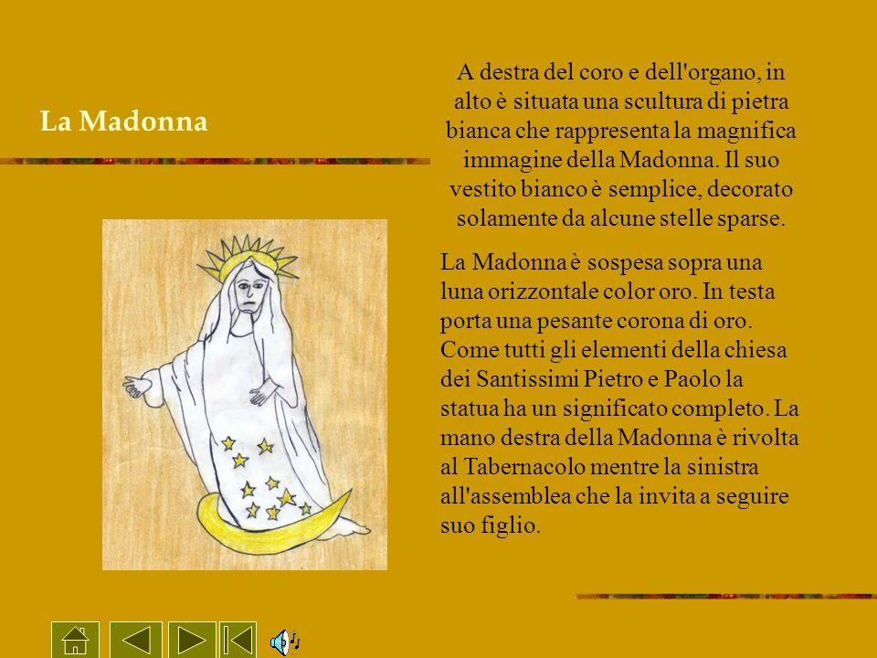 A destra del coro e dell organo, in alto è situata una scultura di pietra bianca che rappresenta la magnifica immagine della Madonna. Il suo vestito bianco è semplice, decorato solamente da alcune stelle sparse.
