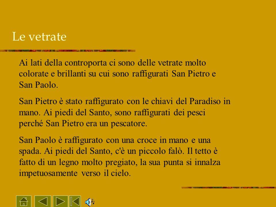 Le vetrateAi lati della controporta ci sono delle vetrate molto colorate e brillanti su cui sono raffigurati San Pietro e San Paolo.
