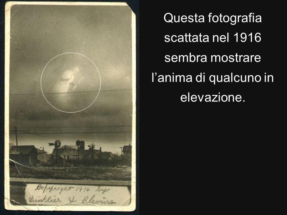 Questa fotografia scattata nel 1916 sembra mostrare l'anima di qualcuno in elevazione.
