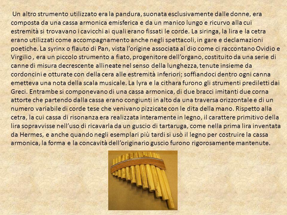 Un altro strumento utilizzato era la pandura, suonata esclusivamente dalle donne, era composta da una cassa armonica emisferica e da un manico lungo e ricurvo alla cui estremità si trovavano i cavicchi ai quali erano fissati le corde.