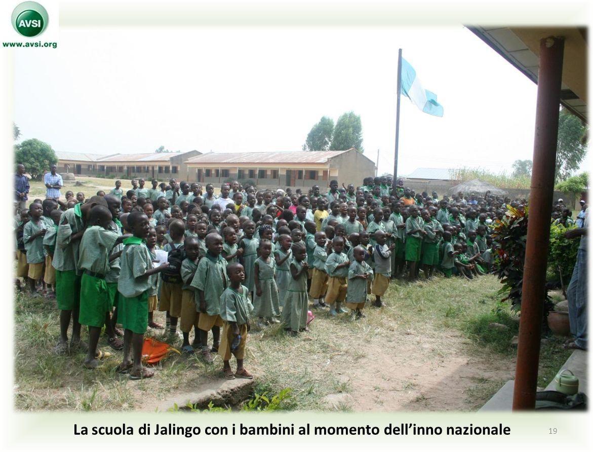 La scuola di Jalingo con i bambini al momento dell'inno nazionale