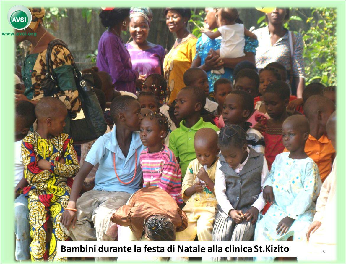 Bambini durante la festa di Natale alla clinica St.Kizito