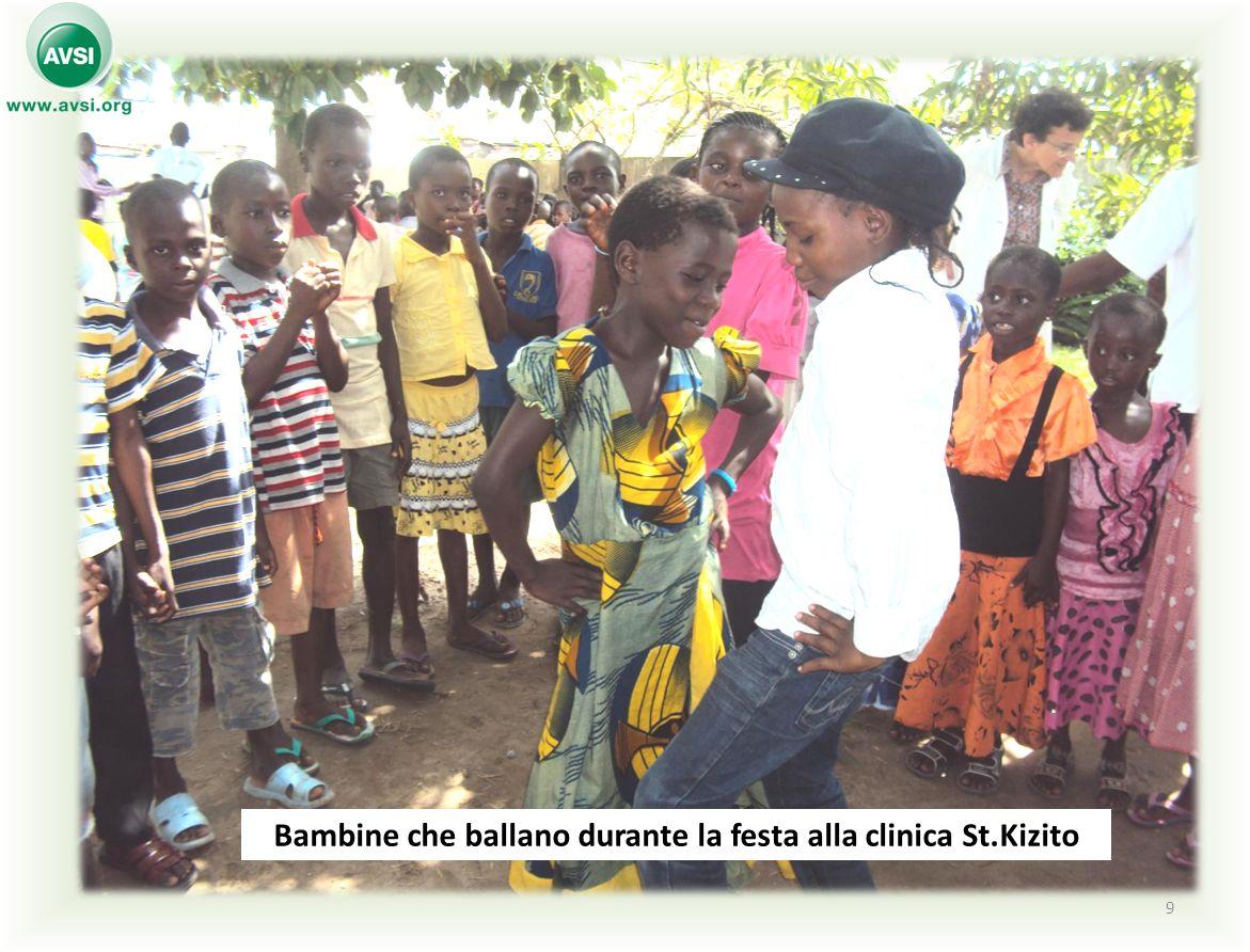 Bambine che ballano durante la festa alla clinica St.Kizito