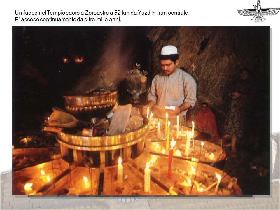 Un fuoco nel Tempio sacro a Zoroastro a 52 km da Yazd in Iran centrale