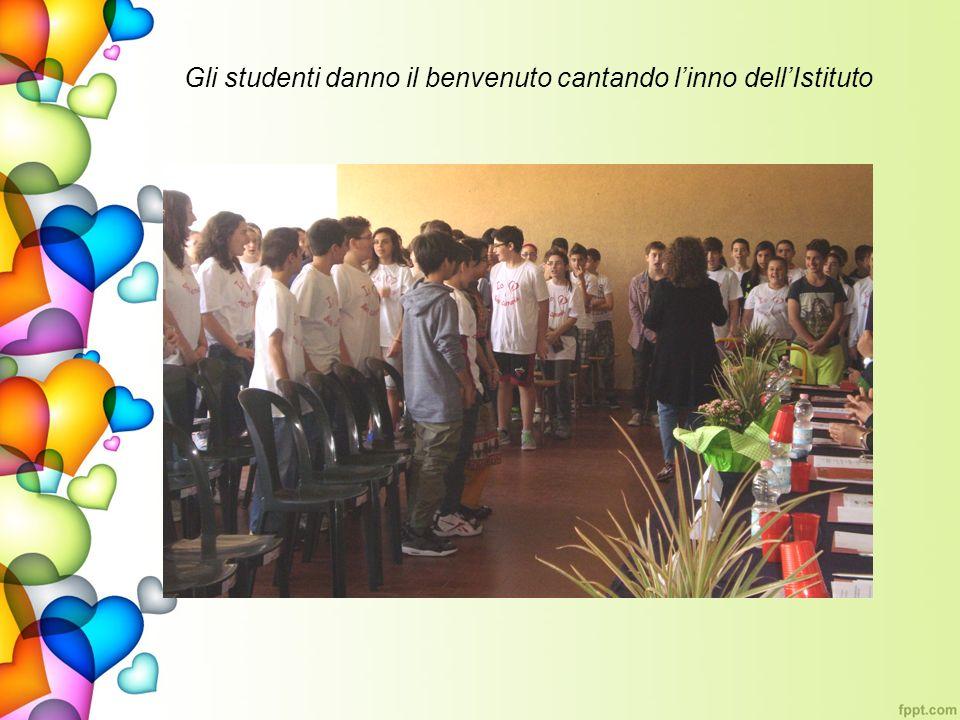 Gli studenti danno il benvenuto cantando l'inno dell'Istituto