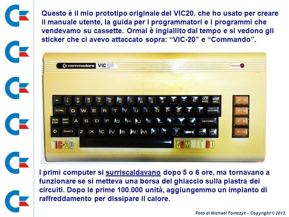 Questo è il mio prototipo originale del VIC20, che ho usato per creare il manuale utente, la guida per i programmatori e i programmi che vendevamo su cassette. Ormai è ingiallito dal tempo e si vedono gli sticker che ci avevo attaccato sopra: VIC-20 e Commando .