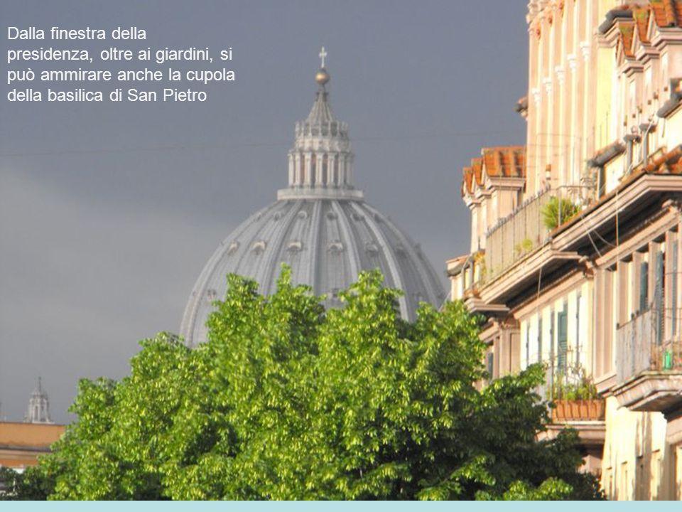 Dalla finestra della presidenza, oltre ai giardini, si può ammirare anche la cupola della basilica di San Pietro