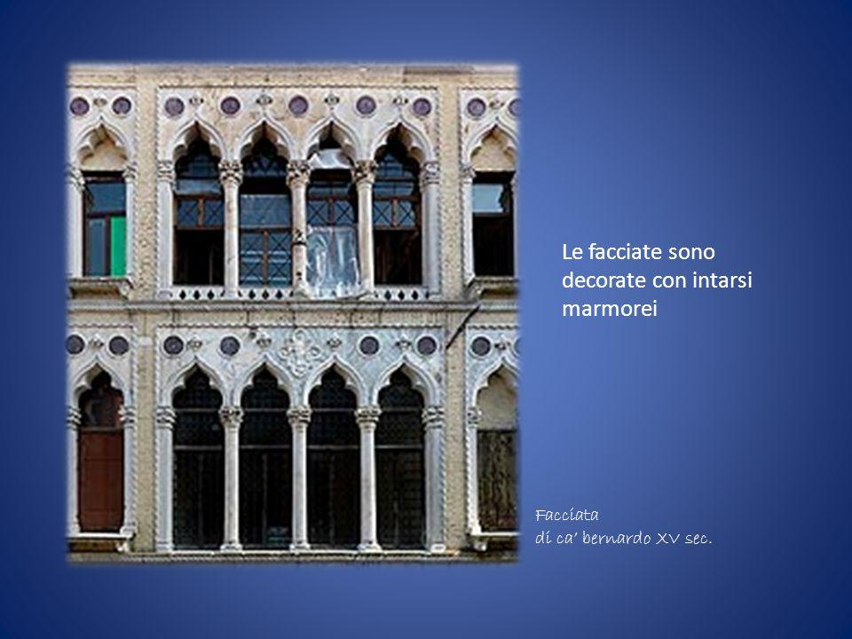 Le facciate sono decorate con intarsi marmorei